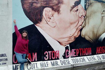 Rapariga (Sara Reis) em frente ao mítico gráfiti do Muro de Berlim concebido por Dmitri Vrubel onde Honecker e Brezhnev dão um beijo na boca. Foto de Sara Reis