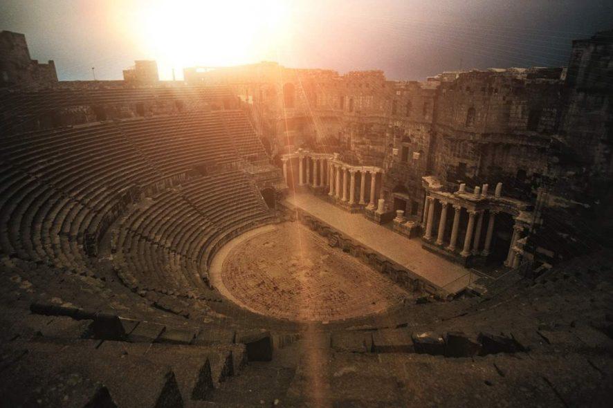 Teatro Romano de Bosra, na Síria, fotografado durante um pôr do sol. Foto de Pixabay