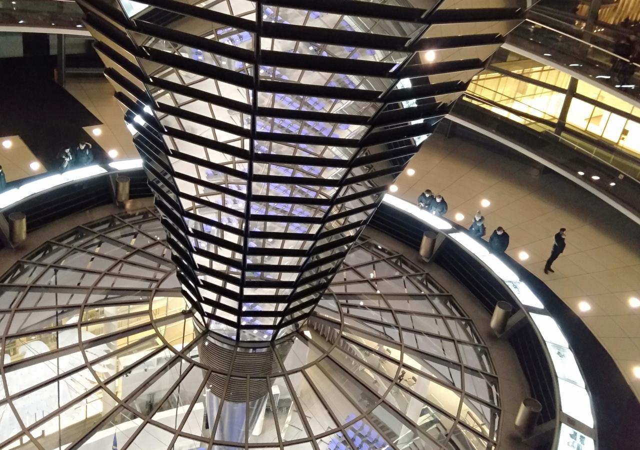Torre de espelhos do parlamento alemão, Bundestag, em Berlim. Foto de Sara Reis
