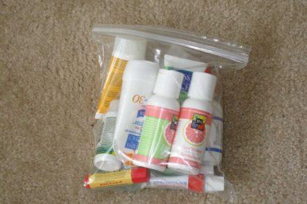 Várias embalagens de líquidos dentro de um saco de plástico transparente para serem inspecionadas no teste de segurança do aeroporto. Foto de Jack Kennard Flickr