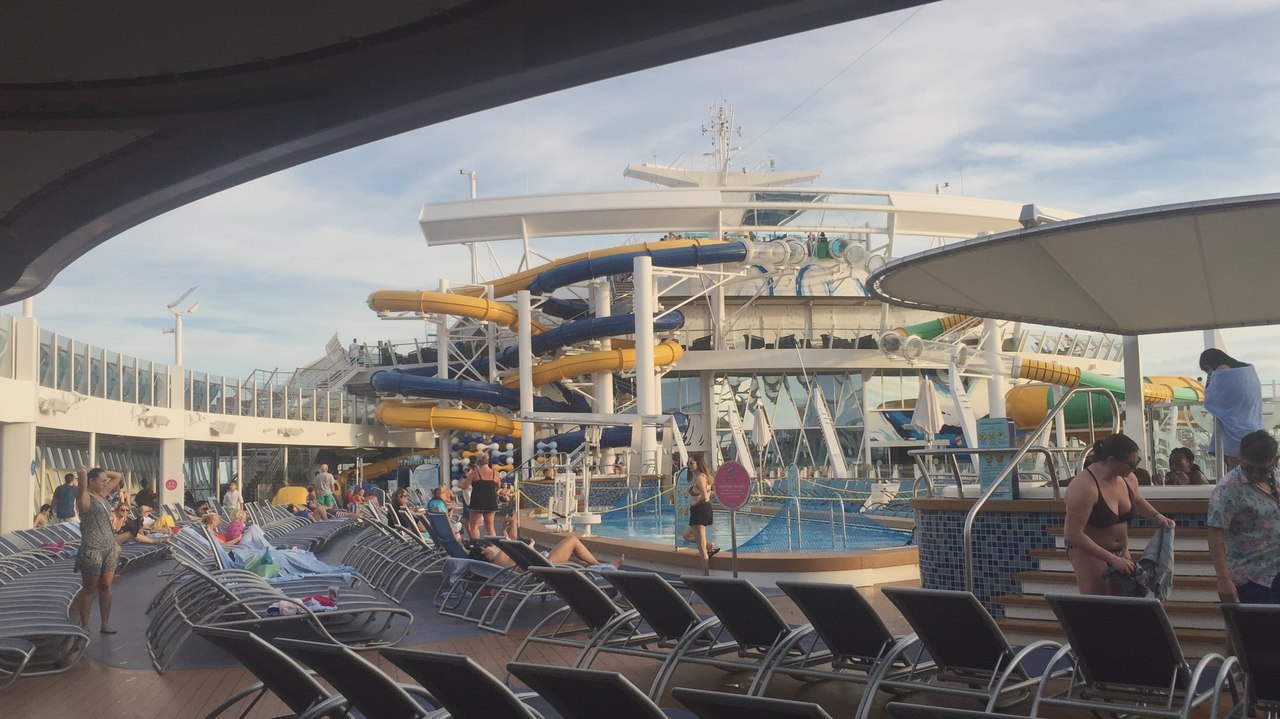 Zona da piscinas e escorregas no interior do Harmony of the Seas. Foto de Cláudia Paiva