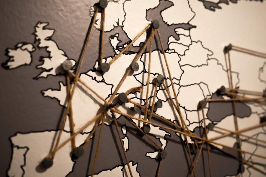 mapa europeu coberto de cordéis e pionéses assinalando destinos. Foto de Pixabay
