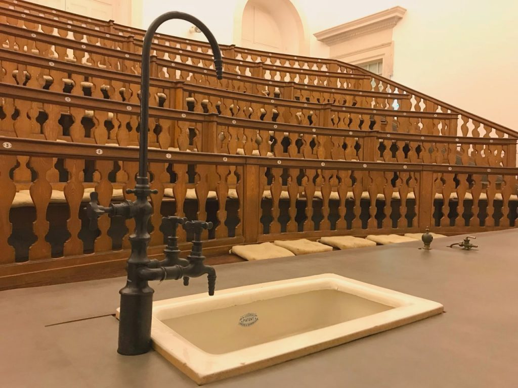 Anfiteatro antigo para aulas de física e química no Museu da Ciência da Universidade de Coimbra. Foto de Diogo Pereira