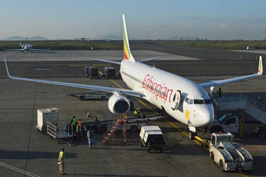 Avião Boeing 737 Ethiopian Airlines estacionado no aeroporto a receber serviços de logística. foto de Alan Wilson