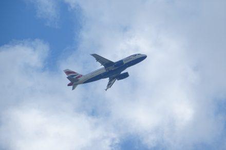 Avião da British Airways a entrar nas nuveens em voo