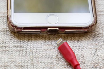Carregador de Iphone USB Lightning desligado.