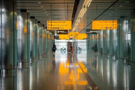 Corredor de acesso a salas de embarque de aeroporto como sinalética. Foto de Pixabay