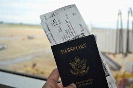 Dois cartões de embarque dentro de um passaporte num aeroporto