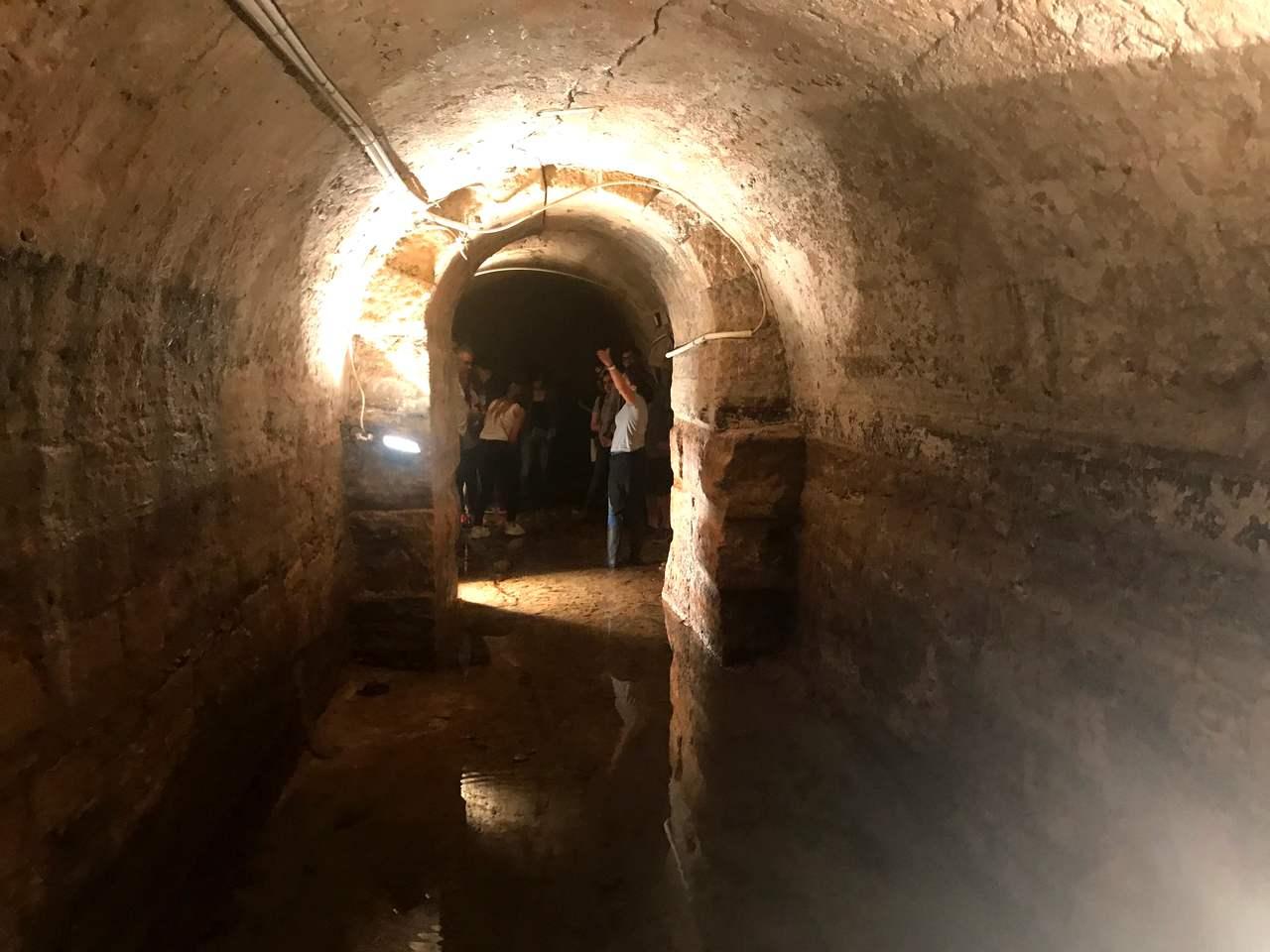 Interior das Galerias Romanas da Rua da Prata, em Lisboa, durante a visita guiada de um grupo