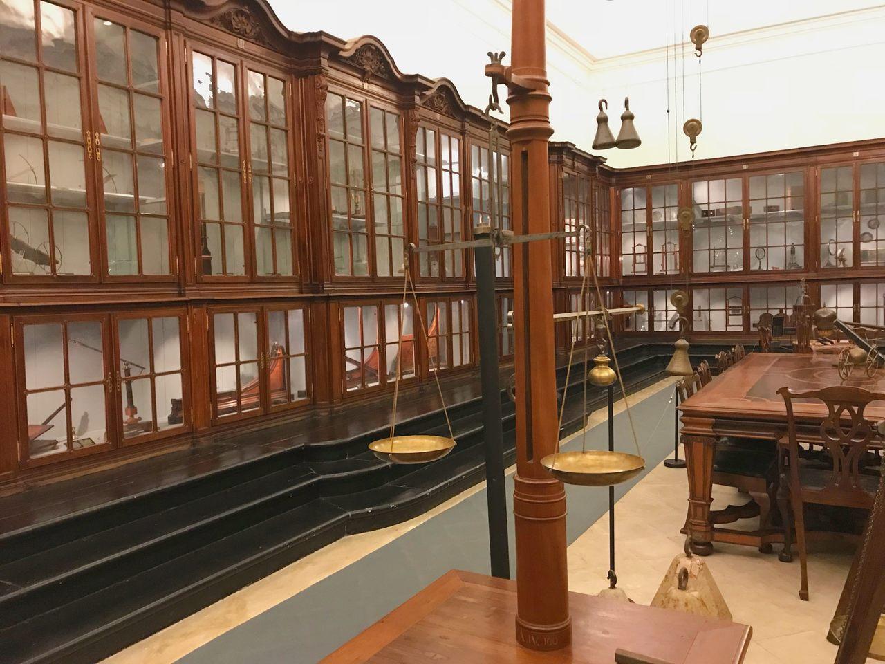 Sala de exposições com instrumentos de ensino de física e química no Museu da Ciência da Universidade de Coimbra. Foto de Diogo Pereira