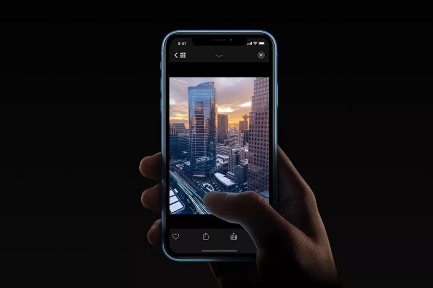 Telemovel na mão de utilizador da aplicação Specter. Foto de Divulgação