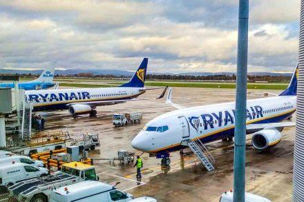 Dois aviões da Ryanair estacionados em pista de aeroporto
