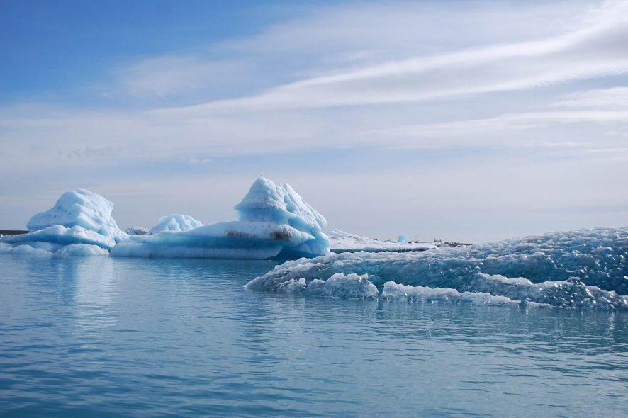 Glaciares gelados em lago da Islândia