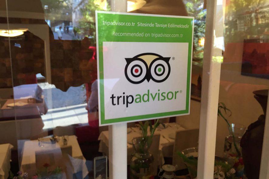 Selo de recomendação do Tripadvsor colado no vidro de uma propriedade