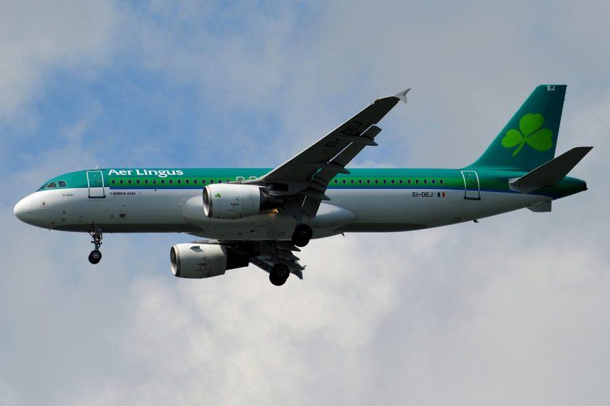 Avião da Aer Lingus em voo com o trem de aterragem aberto. Foto de Pixabay