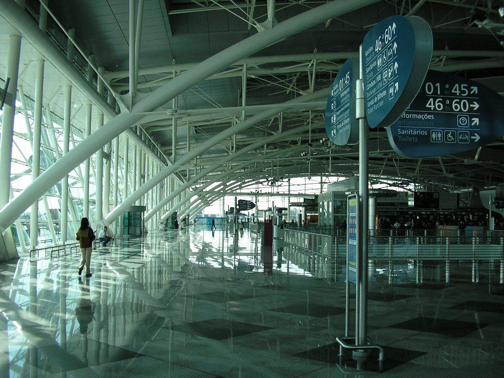 Interior do Aeroporto Francisco Sá Carneiro, no Porto. Foto de Manuel de Sousa