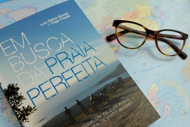 Livro em Busca da Praia Perfeita de Luís Pedro Nunes e Tiago Futre. Foto de Cláudia Paiva