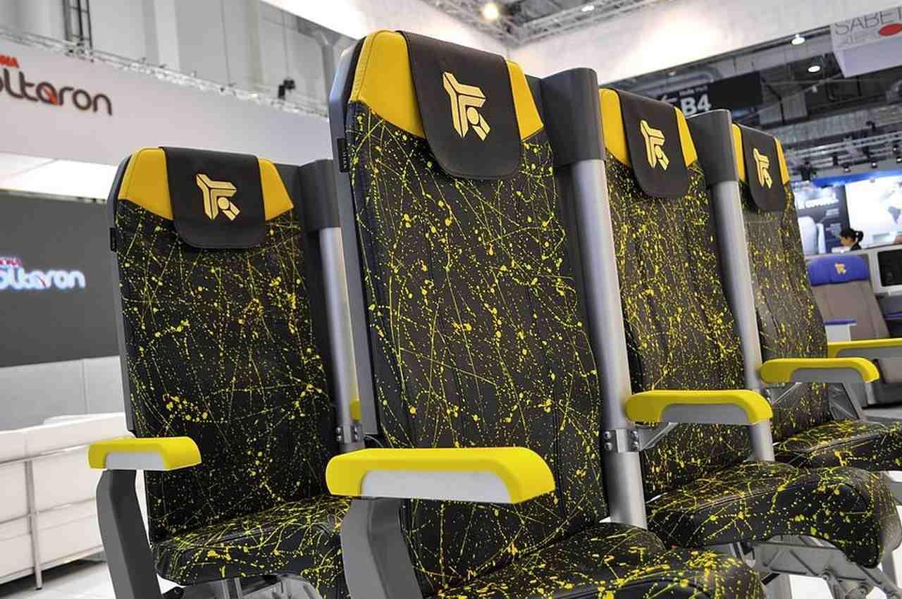 Protótipo de lugares em pé nos aviões desenvolvido pela Aviointeriores. Foto de Aviointeriores