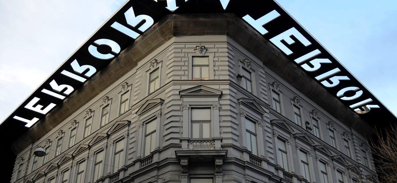Fachada da Casa do Terror com placa metálica preta em Budapeste. Foto de Diogo Pereira