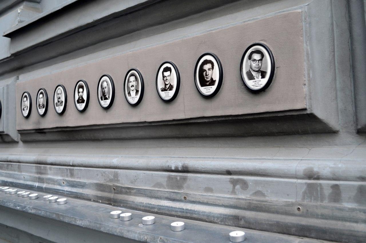Fotografias de vítimas na fachada da Casa do Terror de Budapeste. Foto de Diogo Pereira