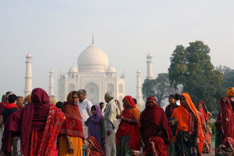 Multidão de pessoas junto ao Taj mahal, na índia. Foto de Pixabay