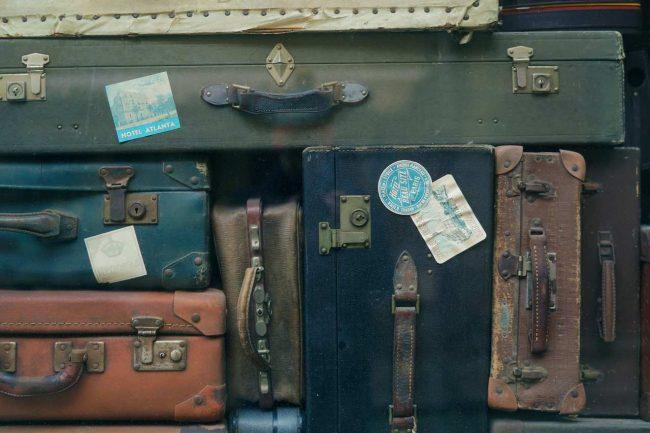 Várias malas de viagem velhas empilhadas. foto de pixabay