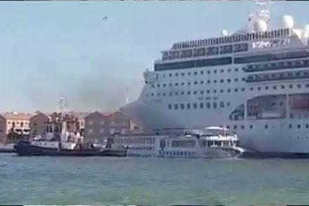 cruzeiro choca contra o cais em veneza