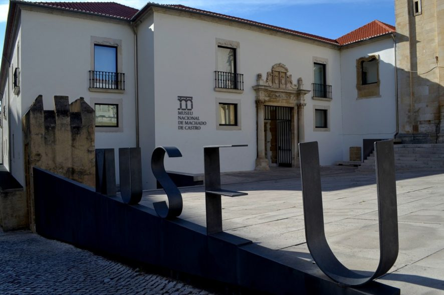 Fachada do Museu Nacional de Mchado de Castro com o letreiro metálico Museu em primeiro plano - Foto de Cláudia Paiva