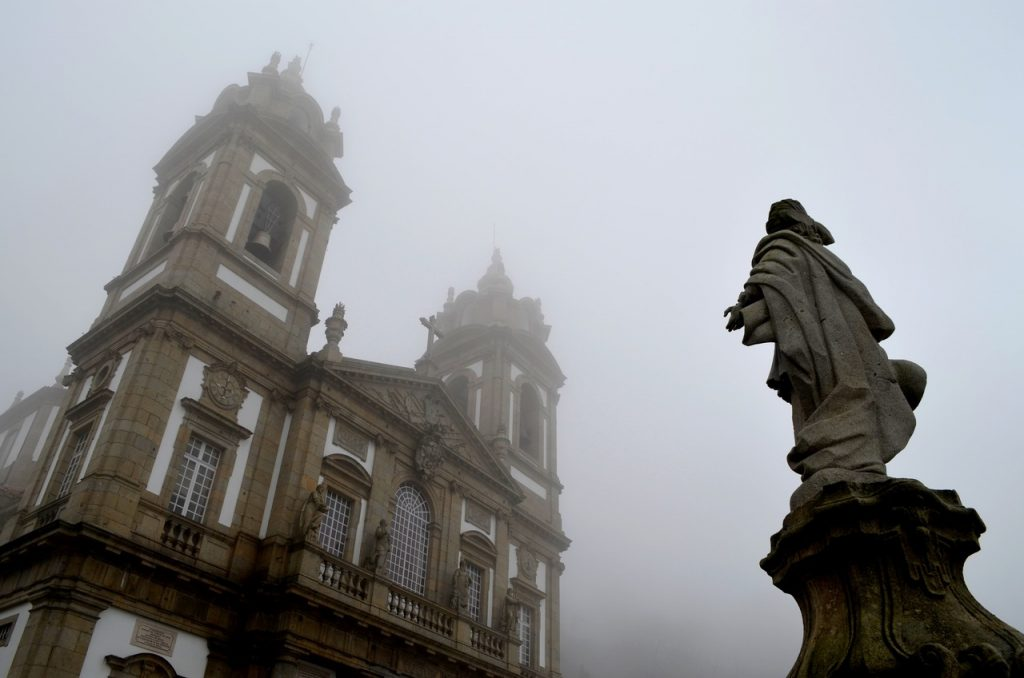Igreja do Bom Jesus de Braga numa manhã de nevoeiro - Foto de Diogo Pereira