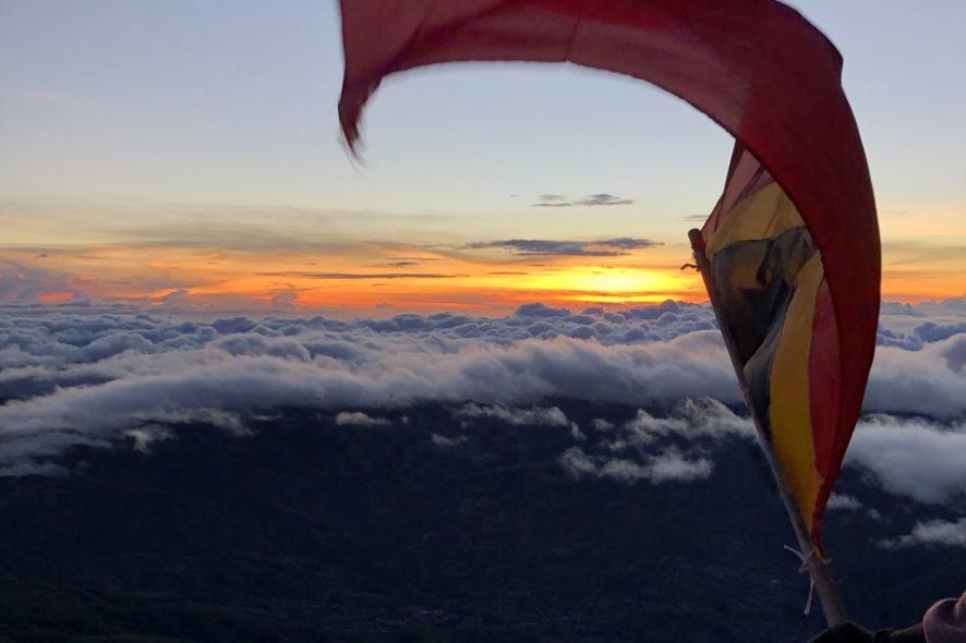 Bandeira de Timor a ser agitada no topo do Monte Ramelau. Foto de Mariana Torres