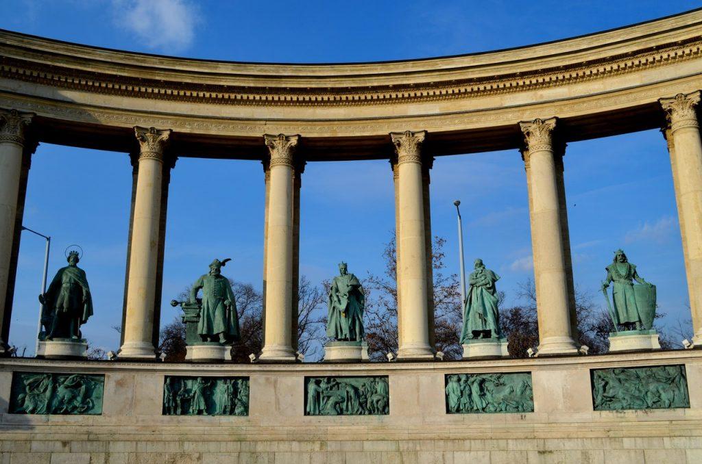 Detalhe dos heróis na Praça dos Heróis de Budapeste na Hungria