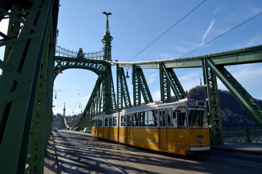 Elétrico a atravessar a ponte da Liberdade de Budapeste