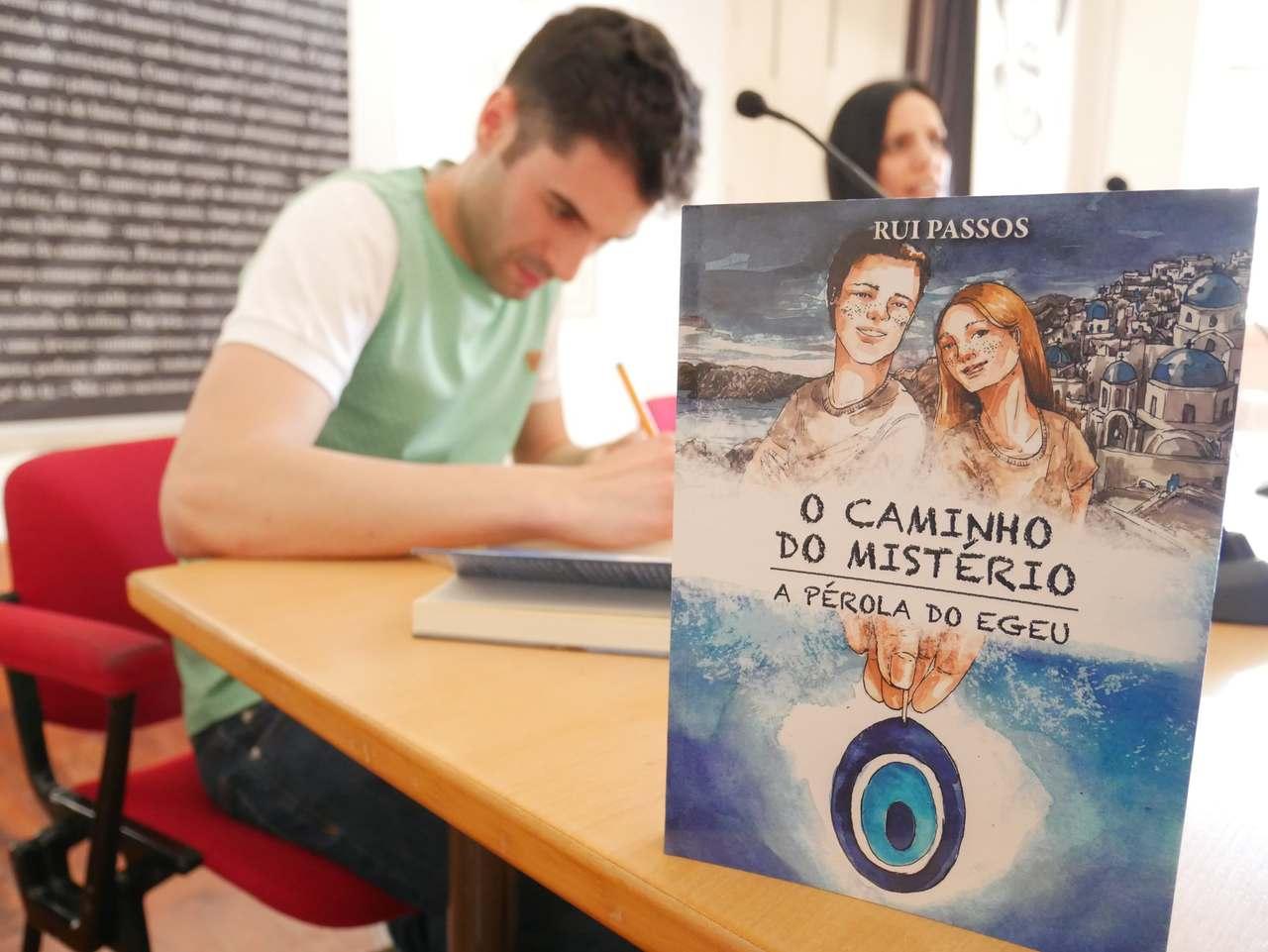 Escritor Rui Passos a autografar o livro O Caminho do Mistério - A Pérola do Egeu durante a cerimónia de apresentação da obra