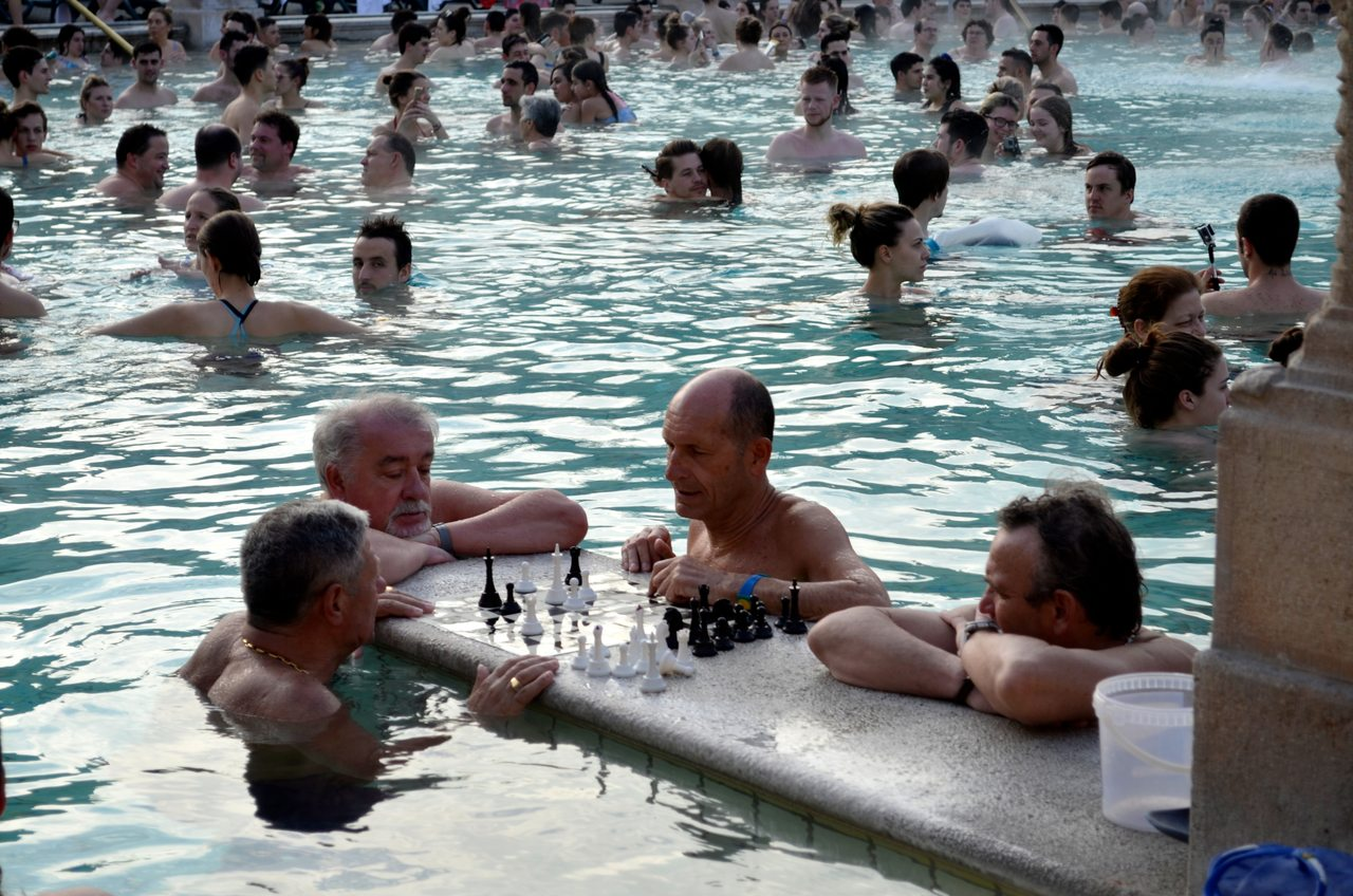 Homens jogam xadrez dentro de uma das piscinas das termas de Széchenyi em Budapeste, na Hungria - Foto de Diogo Pereira