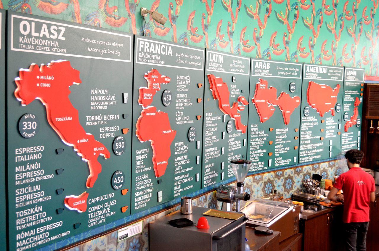 Listas de cafés no Café Frei em Budapeste