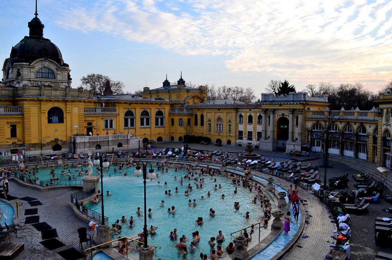 Piscinas exteriores das termas Széchenyi em Budapeste, na Hungria - Foto de Diogo Pereira