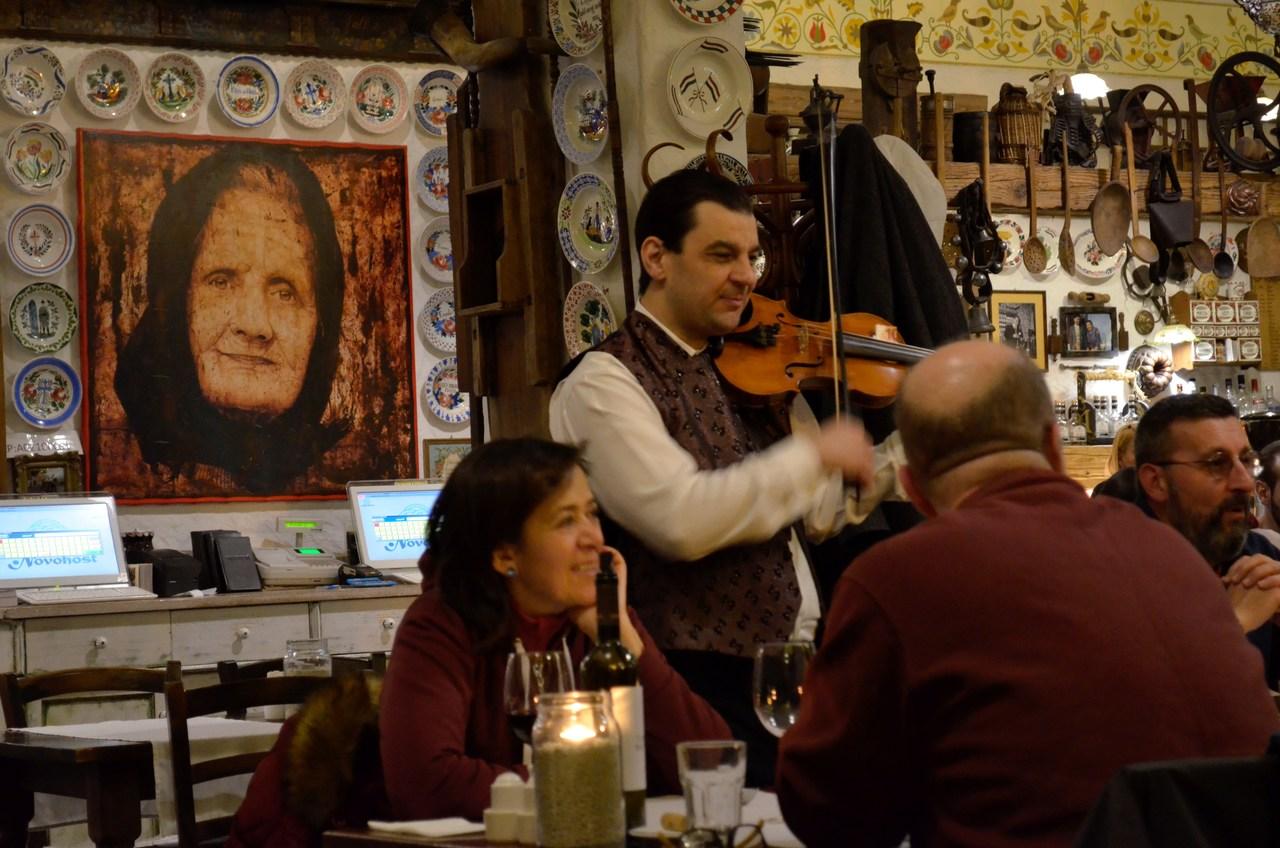 Violinista toca no interior do resturante Rustico Étterem de Budapeste