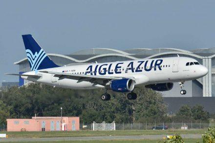 Avião da Aigle Azur a pousar no aeroporto. Foto de Laurent Errera
