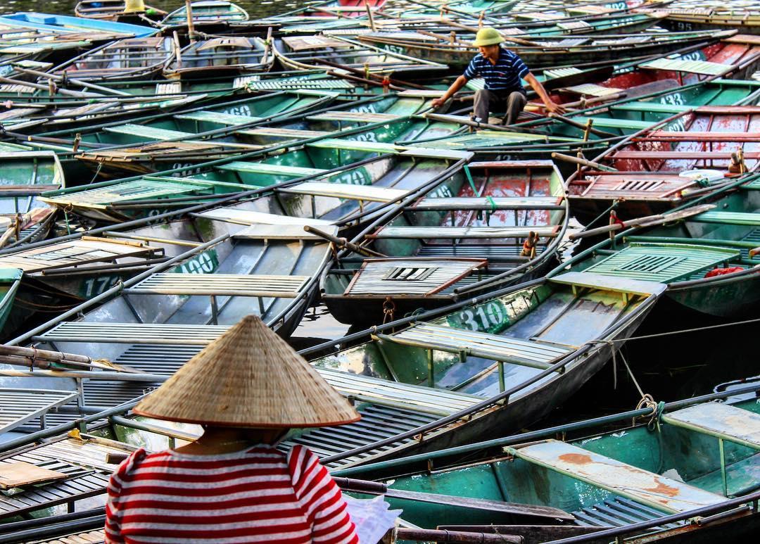 Vários Barcos parados no Vietname. Foto de de Partir para Ficar