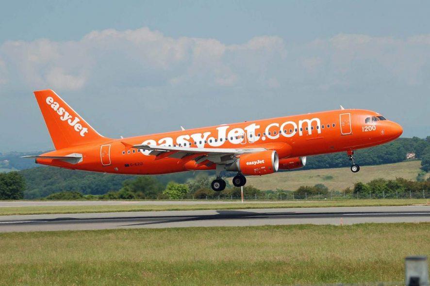 Avião cor de laranja da Easyjet a levantar voo. Foto de Pixabay