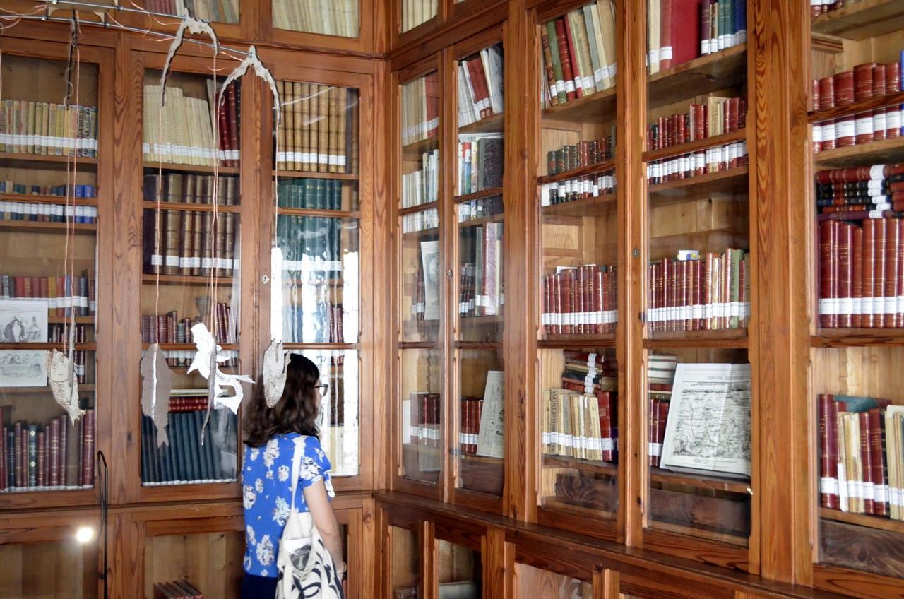 Biblioteca com os livros de Bordalo Pinheiro no Museu Bordalo Pinheiro, em Lisboa