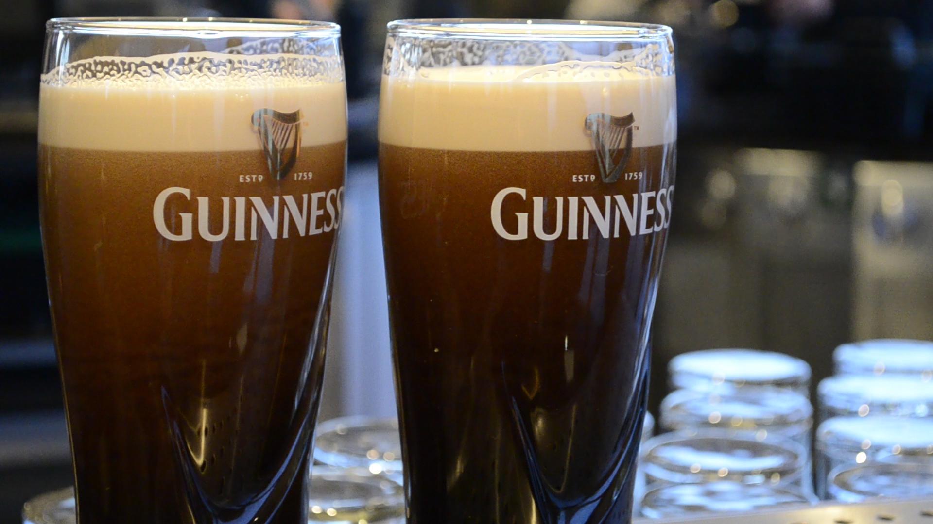 Duas cervejas Guinness servidas na Fábrica Museu Guinness Storehouse, em Dublin