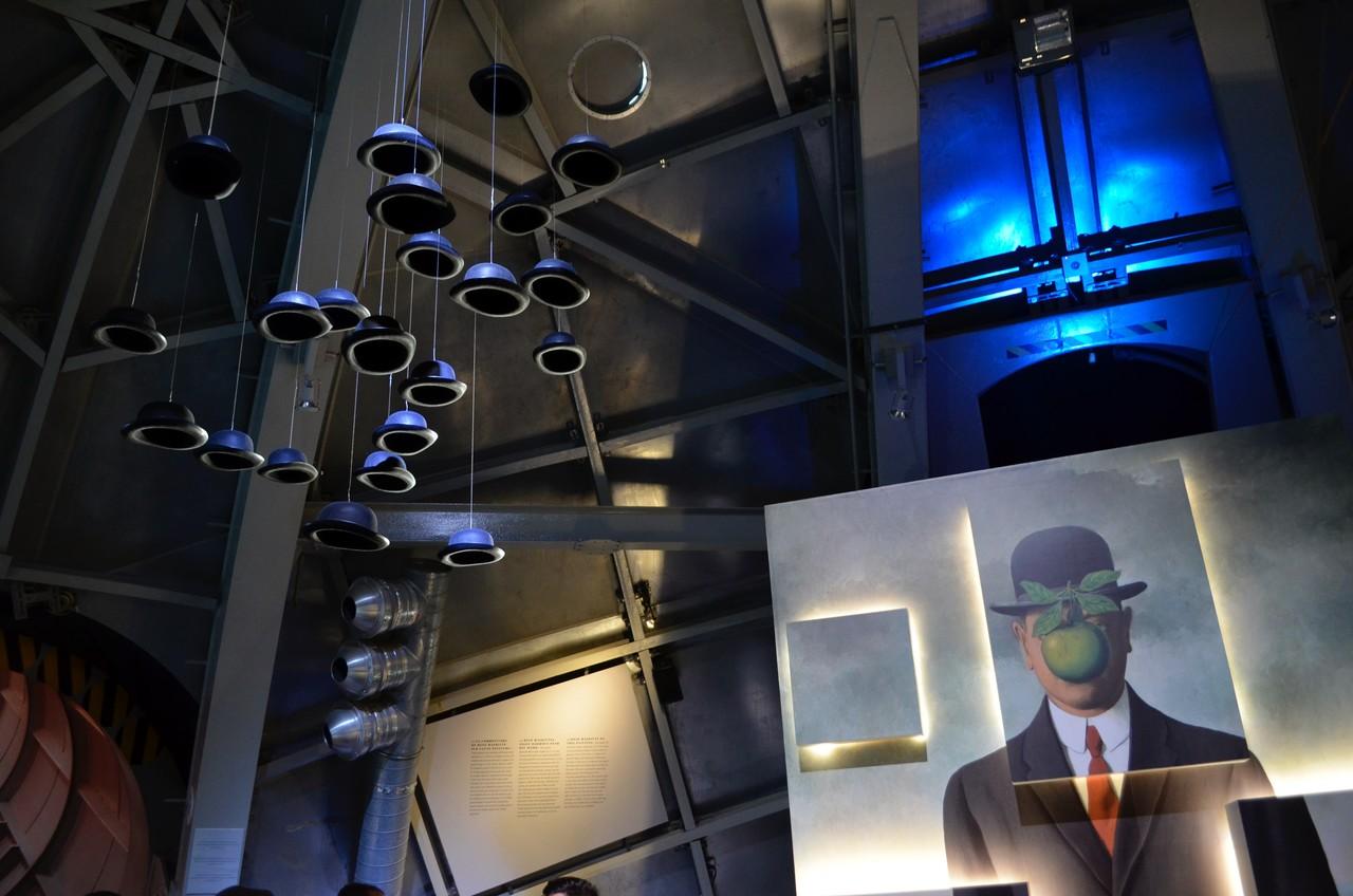 Exposição sobre Magritte no interior do Atomium em Bruxelas