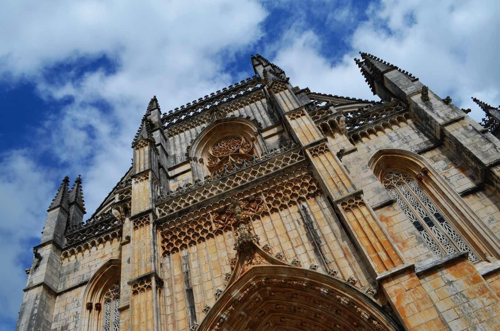 Parte superior da fachada do Mosteiro da Btalha