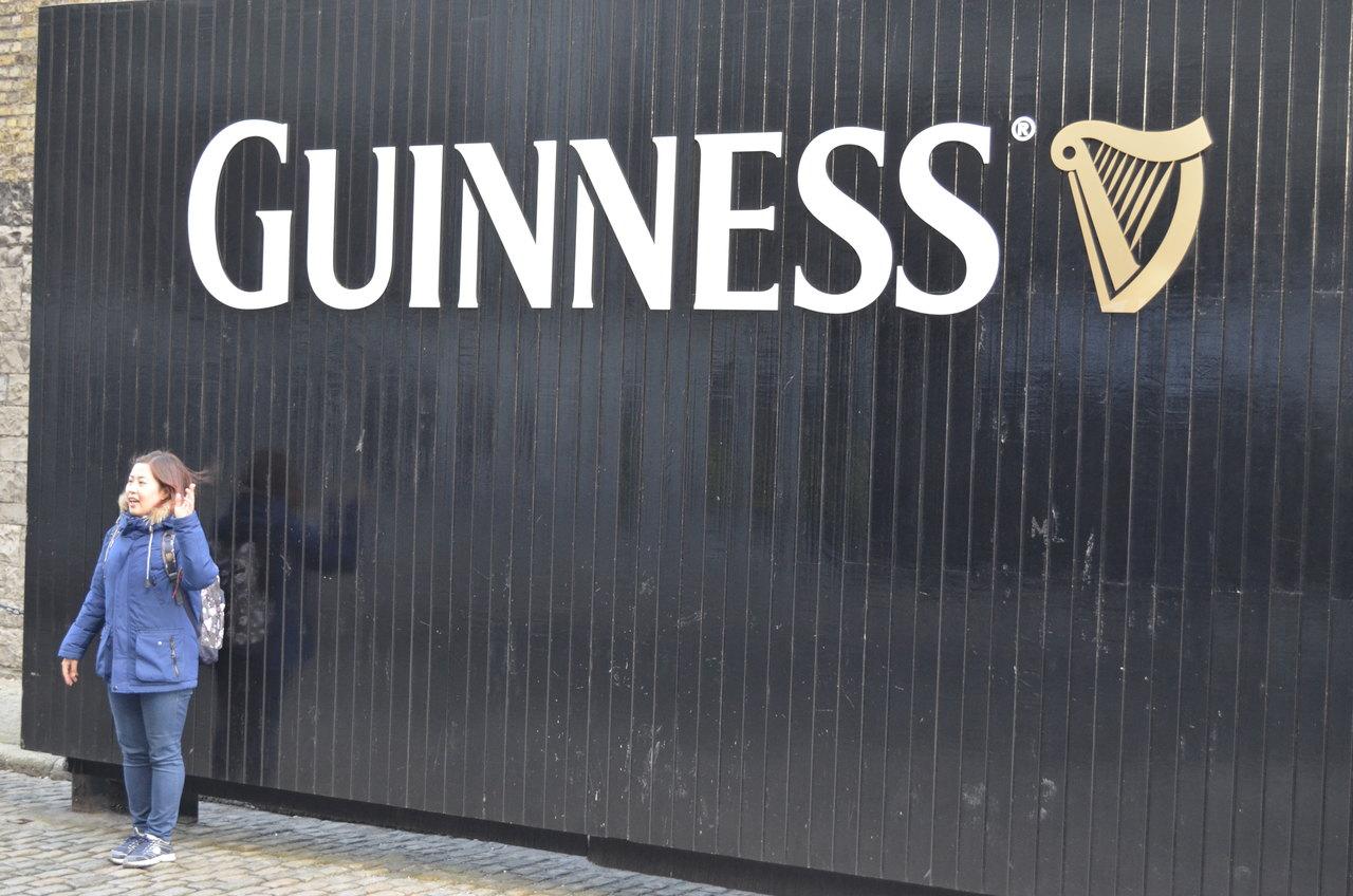 Turista tira fotografia no portão da Guinness Storehouse em Dublin