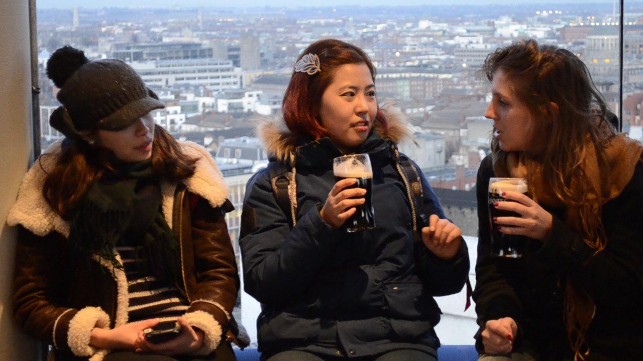 Turistas bebem cerveja Guinness no Bar Panorâmico da Fábrica Museu Guinness Storehouse, em Dublin