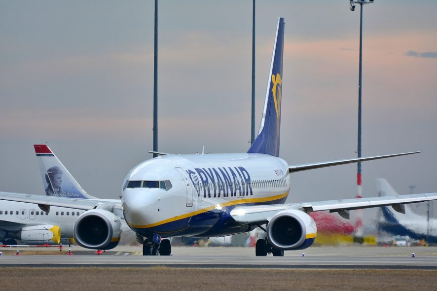 Avião da Ryanair fotografado na pista do aeroporto. Foto de Pixabay