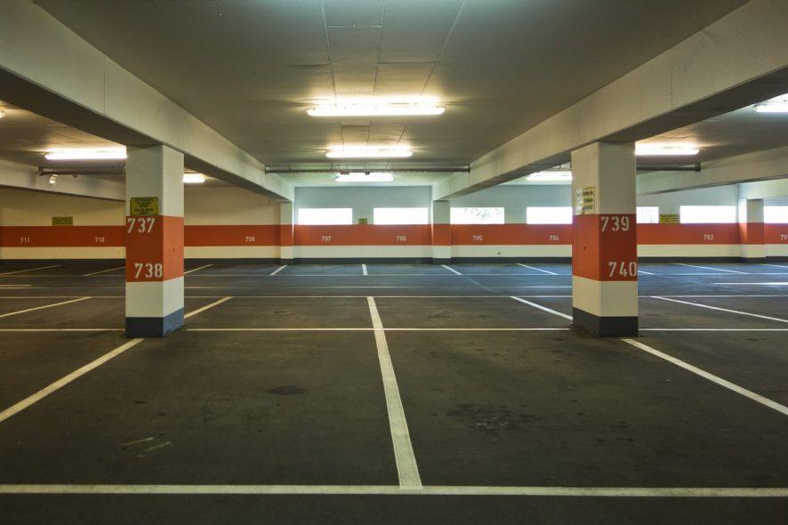 Parque de Estacionamento coberto vazio. Foto de Pixabay