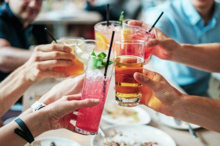 Brinde com bebidas alcóolicas durante uma festa. Foto de Pixabay