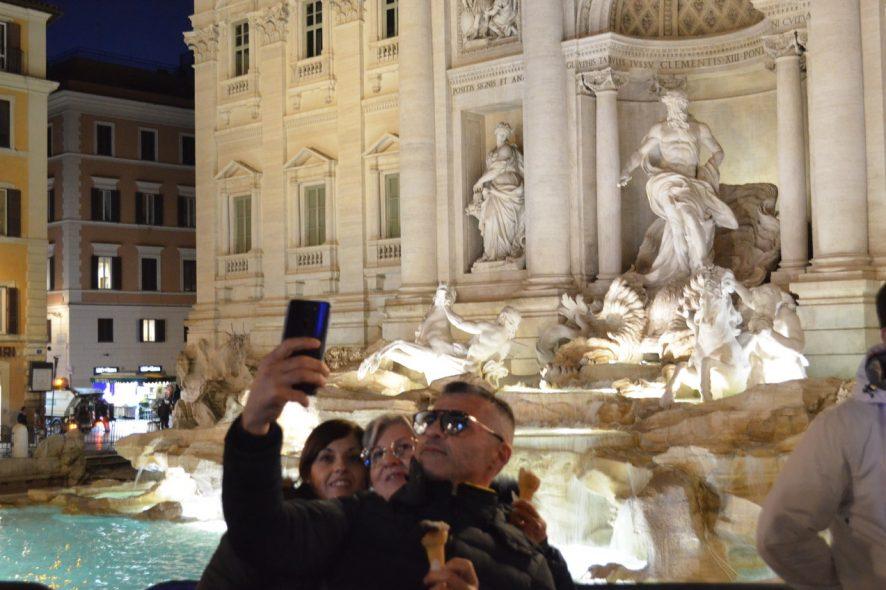Turistas tiram uma selfie junto à Fonta di Trevi em Itália. Foto de Diogo Pereira